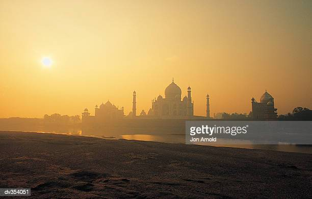 taj mahal at sunset - uttar pradesh fotografías e imágenes de stock