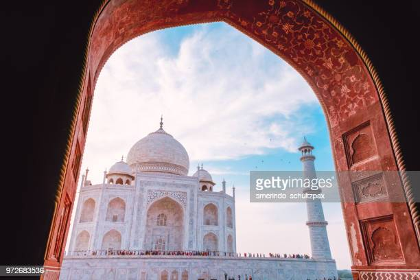 taj mahal during peak hours - taj mahal stock pictures, royalty-free photos & images