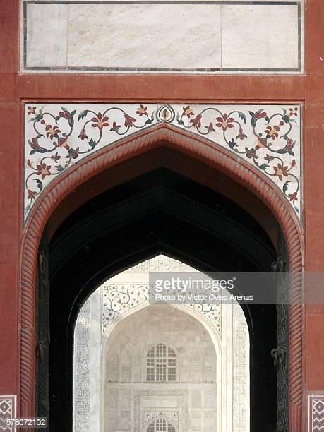 taj mahal east façace from the complex's east mosque in agra, uttar prades in india - victor ovies fotografías e imágenes de stock