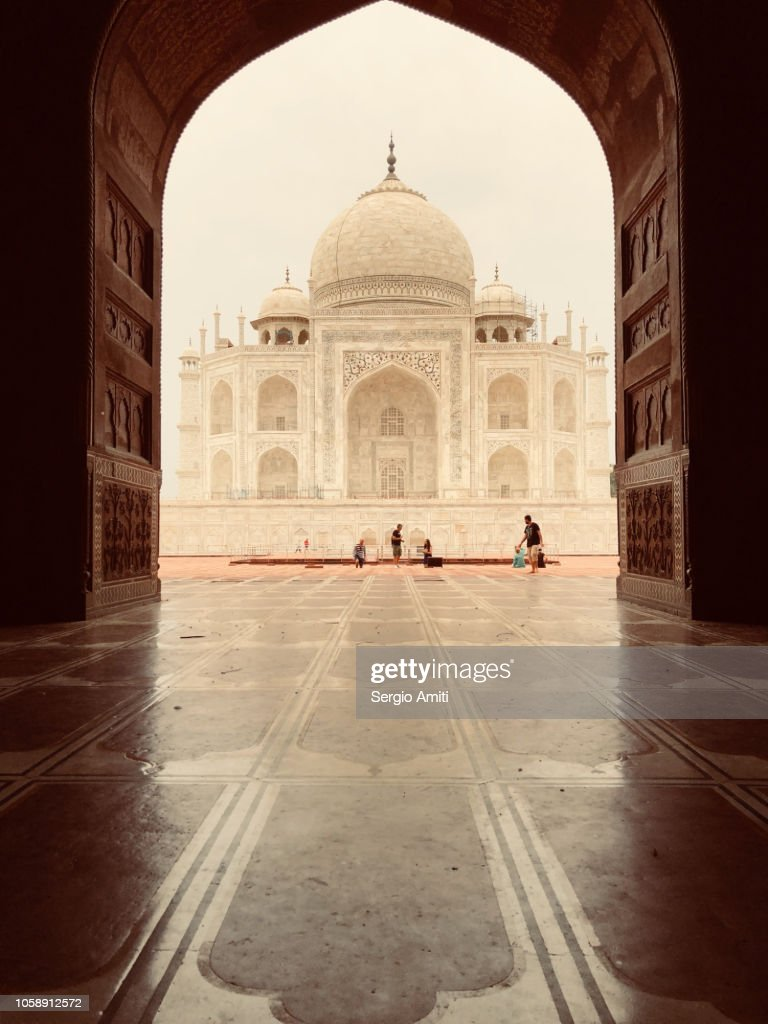 Taj Mahal framed through an arched doorway : Foto de stock