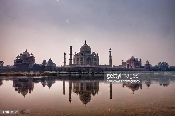 taj mahal from yamuna riverside - yamuna river stock pictures, royalty-free photos & images