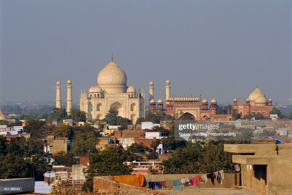 Taj Mahal on the banks of the Yamuna River, built by Shah Jahan for his wife, Agra, India : Foto de stock