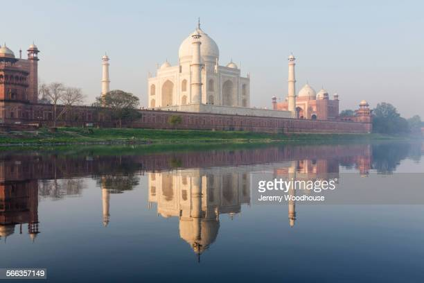 taj mahal reflecting in still river, agra, uttar pradesh, india - yamuna river stock pictures, royalty-free photos & images