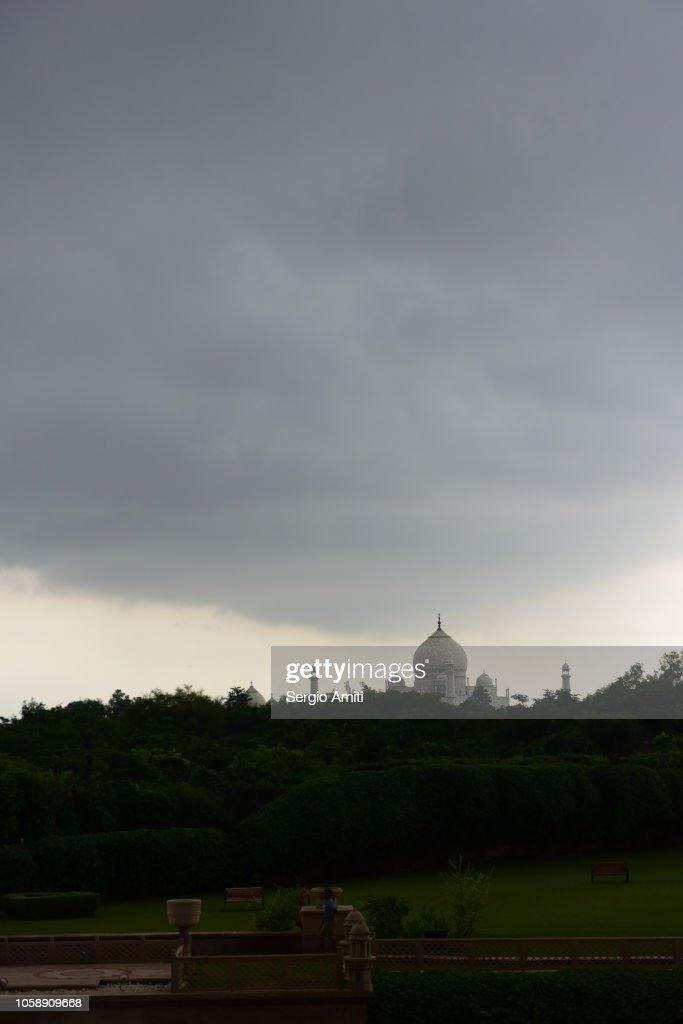 Taj Mahal with stormy clouds : Foto de stock
