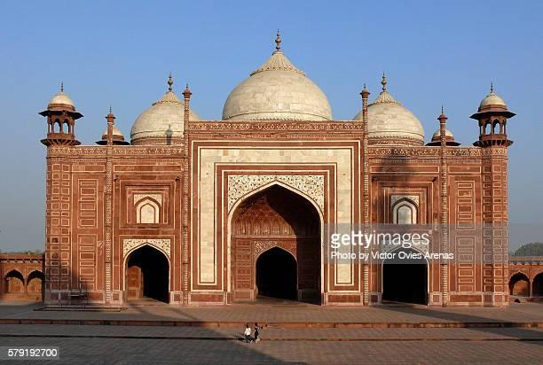 taj mahl's east mosque seen from the taj, in agra, india - victor ovies fotografías e imágenes de stock