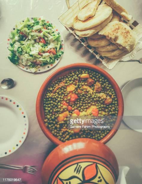 tajine of artichokes and peas with chicken meat - cultura marroquí fotografías e imágenes de stock