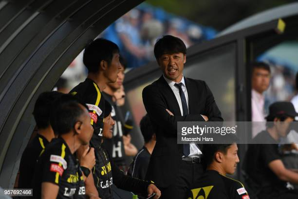 Takahiro Shimotairacoach of Kashiwa Reysol looks on during the JLeague J1 match between Kashiwa Reysol and Kawasaki Frontale at Sankyo Frontier...