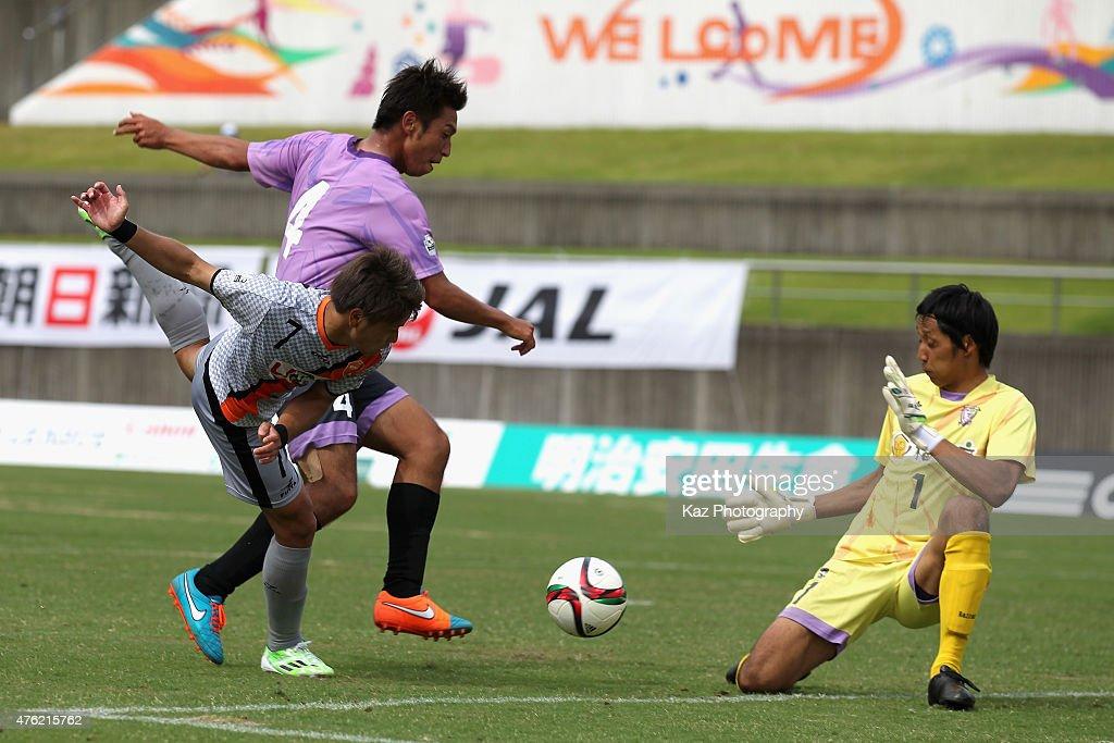 Takaki Fukumitsu (L) of Renofa Yamaguchi shoots at goal during the J.League third division match between Fujieda MYFC and Renofa Yamaguchi at Fujieda Stadium on June 7, 2015 in Fujieda, Shizuoka, Japan.