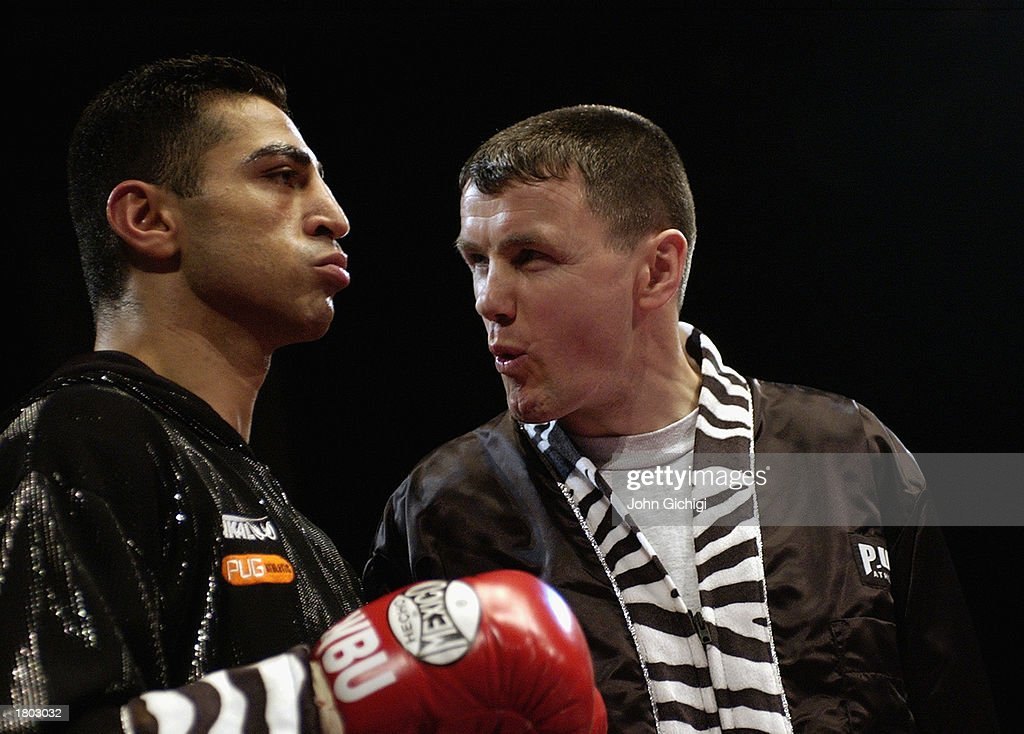 Takaloo of England with his trainer ... : News Photo