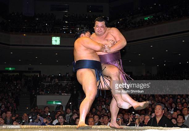 Takanonami throws Takanohana in the playoff of the Grand Sumo New Year Tournament at Ryogoku Kokugikan on January 21 1996 in Tokyo Japan