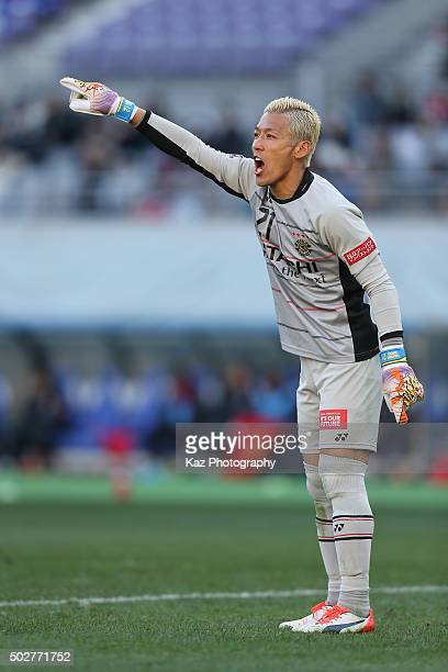 Takanori Sugeno of Kashiwa Reysol instructs during the 95th Emperor's Cup semi final match between Urawa Red Diamonds and Kashiwa Reysol at Ajinomoto...