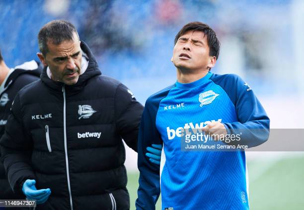 Takashi Inui of Deportivo Alaves reacts as he leaves the pitch during the La Liga match between Deportivo Alaves and Real Sociedad at Estadio de...