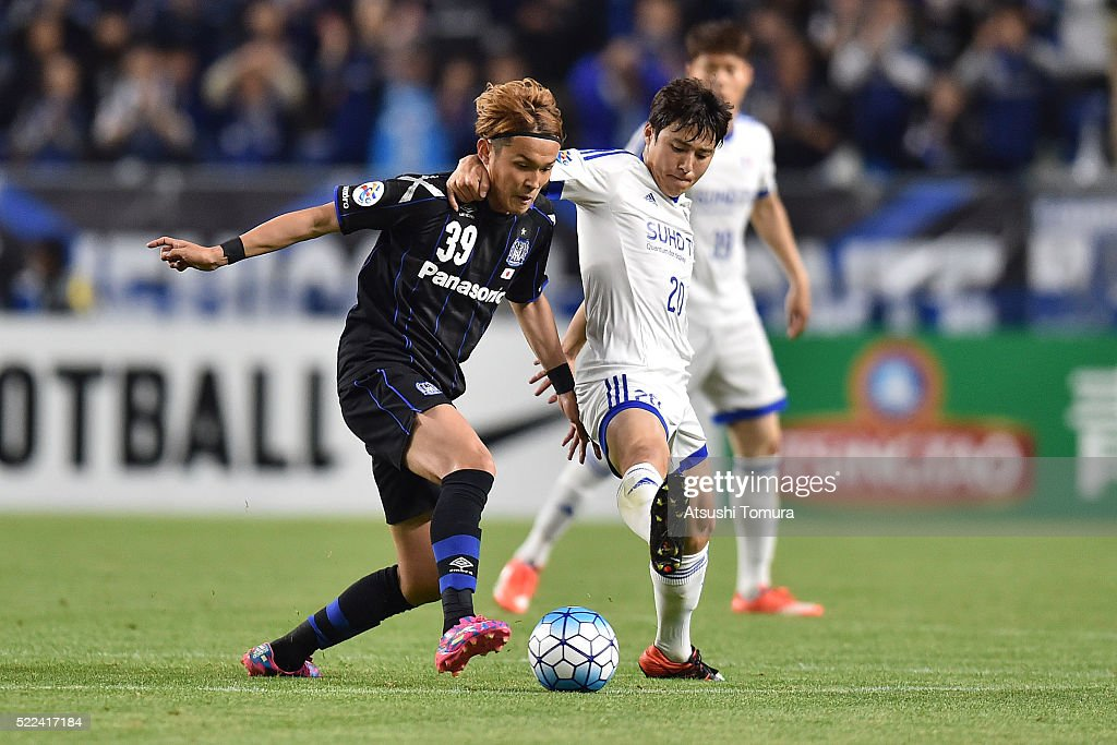 Takashi Usami of Gamba Osaka (L) and Baek Ji-Hoon of Suwon Samsung Bluewings FC (R) compete for the ball during the AFC Champions League Group G match between Gamba Osaka and Suwon Samsung Blue Wings at the Suita City Football Stadium on April 19, 2016 in Suita, Japan.