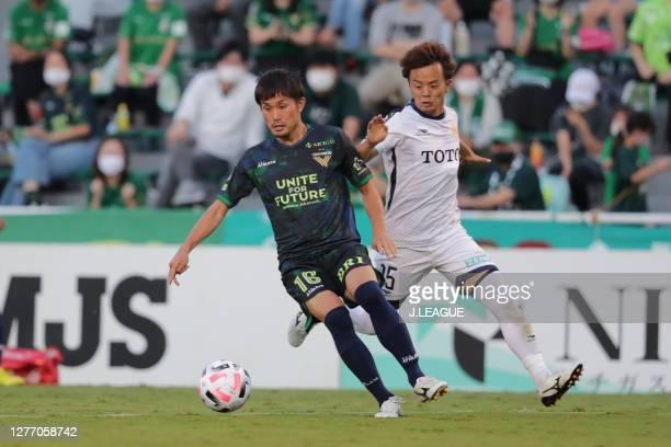 Takayuki FUKUMURA of Tokyo Verdy and Wataru NOGUCHI of Giravanz Kitakyushu battle for the ball during the J.League Meiji Yasuda J2 match between...