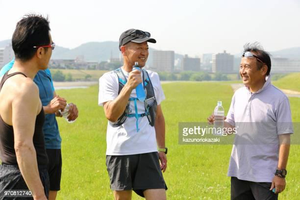 私のジョギング仲間と供給水分補給休憩します。