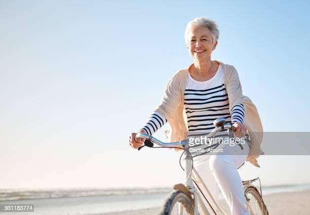 dar un paseo en la playa para tu vitalidad - mujeres mayores fotografías e imágenes de stock