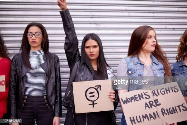 adoptar una postura contra el hombre - igualdad de genero fotografías e imágenes de stock