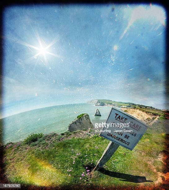 take care. cliff edges can be dangerous - s0ulsurfing fotografías e imágenes de stock