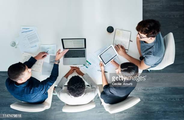 neem het mee naar de top met teamwork - bovenop stockfoto's en -beelden
