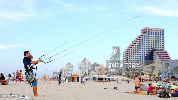 Taken in November at Tel Aviv beach, a lot of wind, a lot of surfers and kitesurfers. Also to be seen, the buildings on the waterfront. Les buildings...