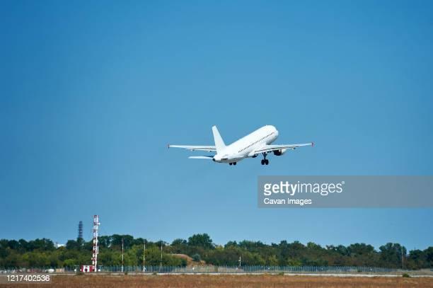 kharkov, ukraine - august 24, 2018. take-off and landing of passenger - ukraine photos et images de collection