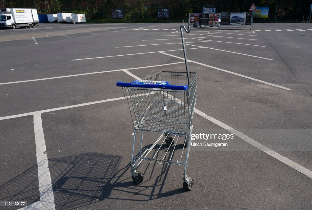 Takeover speculations - the Metro AG in trouble. The empty parking lot and a single shopping cart of a branch of Metro AG in St. Augustin, during the normal opneng hours. : News Photo