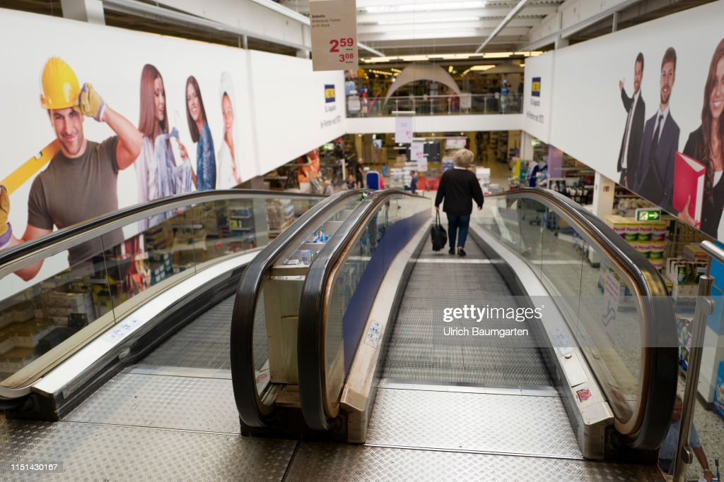 Takeover speculations - the Metro AG in trouble. The escalator of a branch of Metro AG during the normal opening hours. : Fotografía de noticias