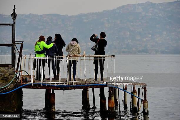 taking a group picture in bosphorus - emreturanphoto - fotografias e filmes do acervo