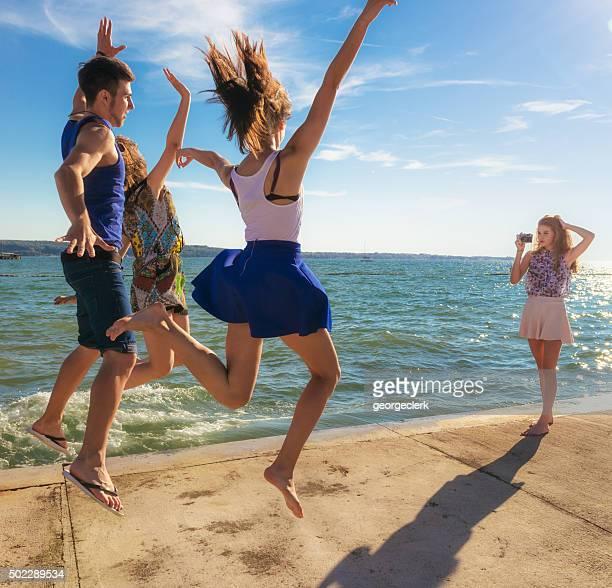 Ein Foto von Freunden springt