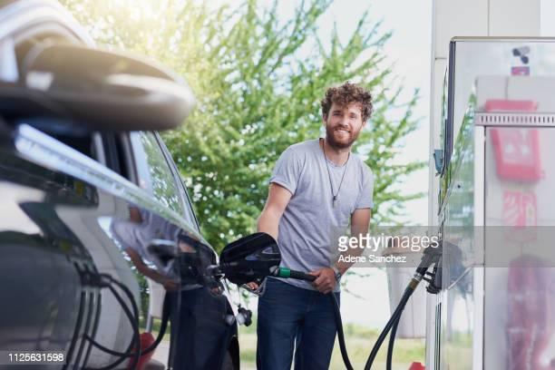 taking a moment to refuel - combustível fóssil imagens e fotografias de stock