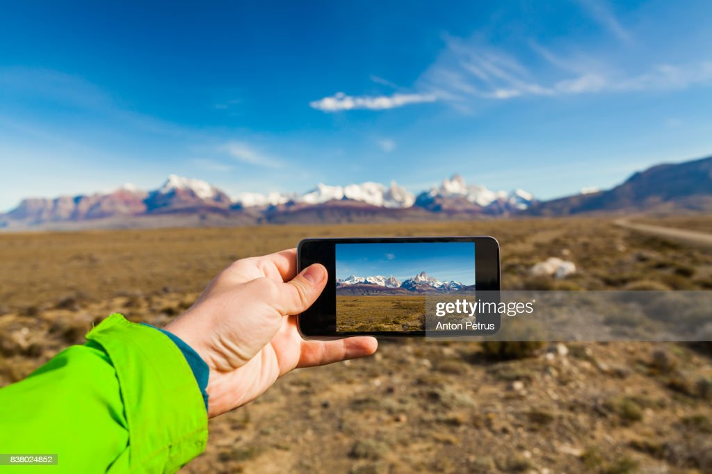Taking a photo of mountains on a smartphone. Patagonia : Foto de stock