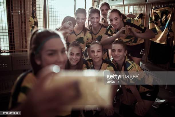 tirar uma foto depois de uma vitória - futebol de clubes - fotografias e filmes do acervo