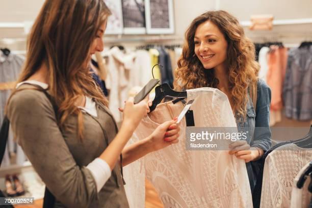 Eine Aufnahme von einem Preisschild während des Einkaufs