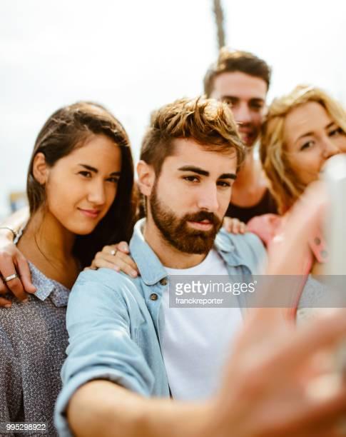 nehmen eine selfie alle zusammen in der stadt - selbstporträt stock-fotos und bilder