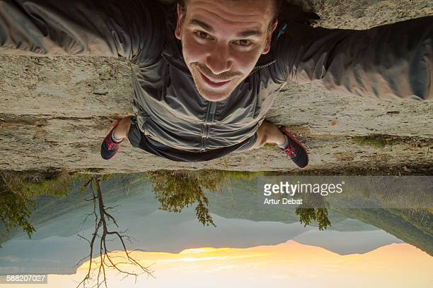 taking a selfie up side down on the nature - op z'n kop stockfoto's en -beelden