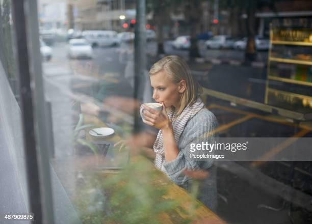 Nehmen Sie einen Schluck frisch aufgebrühten Kaffee