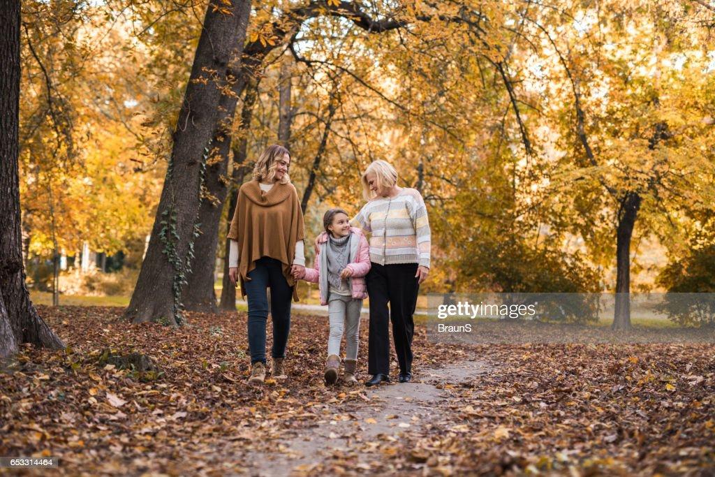 Inname van een wandeling met mama en oma! : Stockfoto