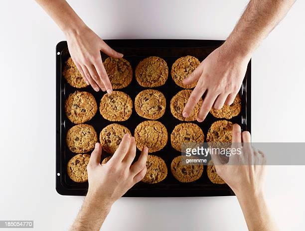 cottura biscotti - quattro persone foto e immagini stock