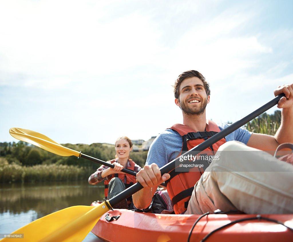 Apreciando a vista de o rio : Foto de stock