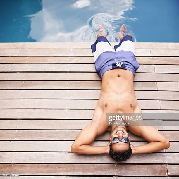 Prenez-vous au bord de la piscine