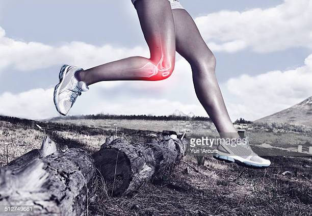taking on the trail one knee at a time - pijn stockfoto's en -beelden