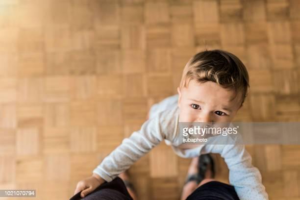 sie einen schritt in eine zeit - männliches baby stock-fotos und bilder
