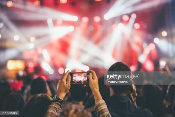 het nemen van de foto bij een concert van de muziek - fotografische thema's stockfoto's en -beelden