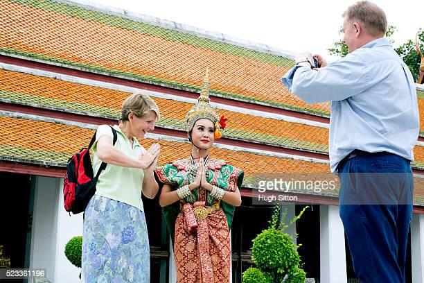 taking photograph during sightseeing, bangkok, thailand - hugh sitton foto e immagini stock