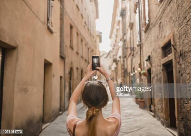 scattare foto nel centro storico - solo una donna giovane foto e immagini stock