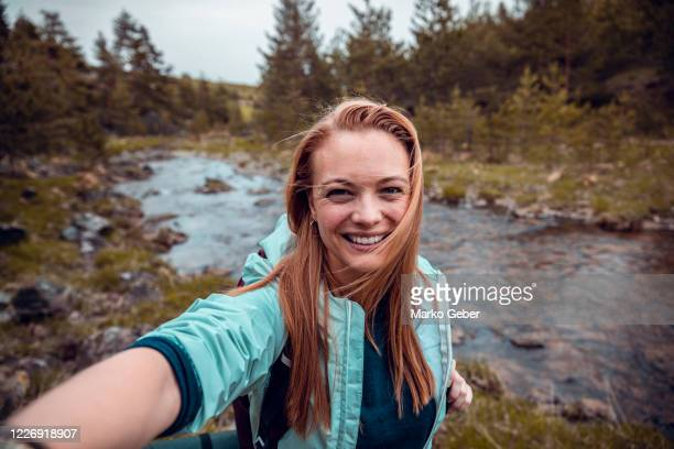 taking pictures next to a river - selfie foto e immagini stock