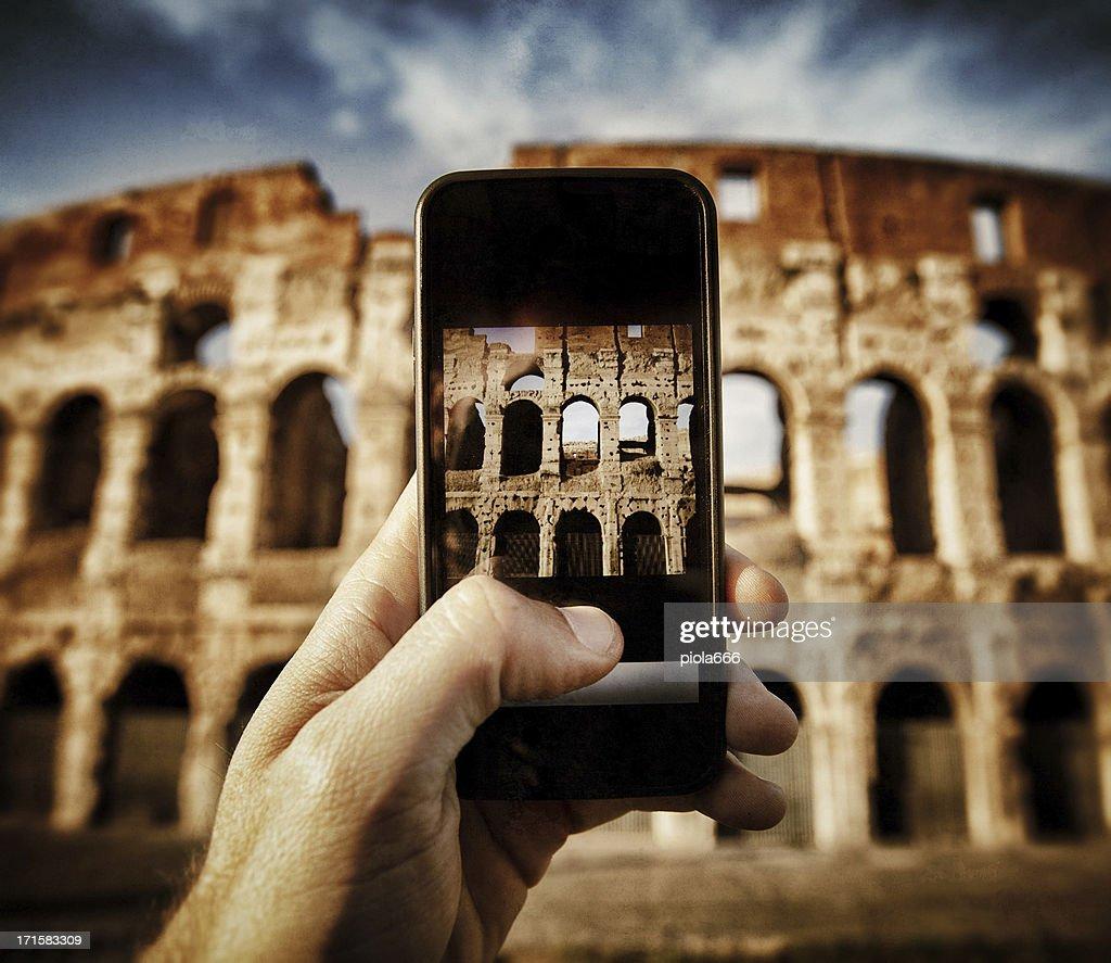 Scattare foto della Coliseum con uno smartphone : Foto stock