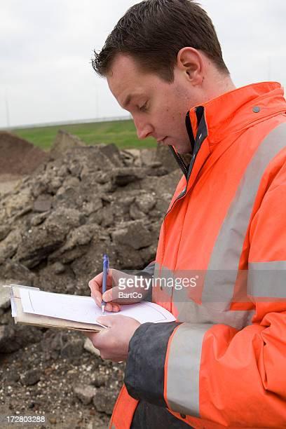 Prenant des échantillons de terre polluée
