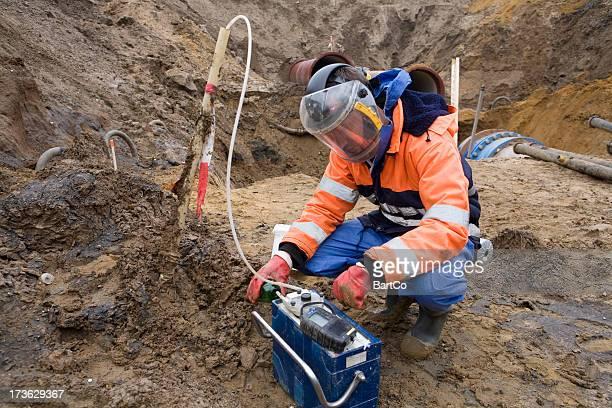 assunzione di campioni del suolo, ricerca ambientale. - inquinamento ambientale foto e immagini stock