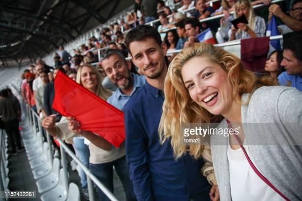 selfie alla partita di calcio - campionato sportivo foto e immagini stock